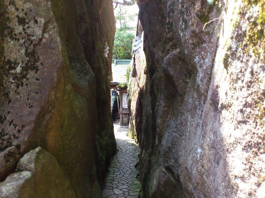 夫婦岩の間の道