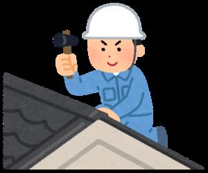 屋根を修理する男性