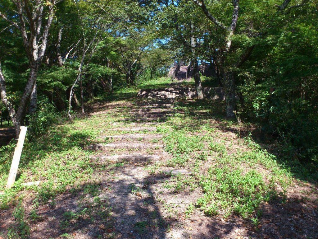 虎御前山公園への階段