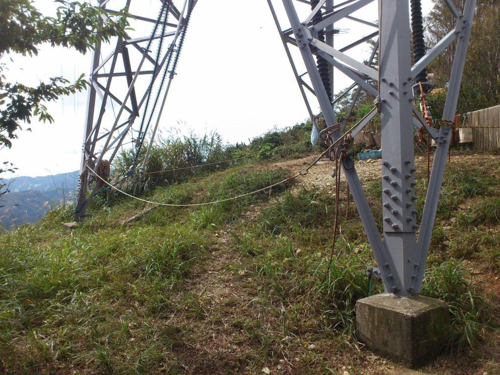 鉄塔の足元の道