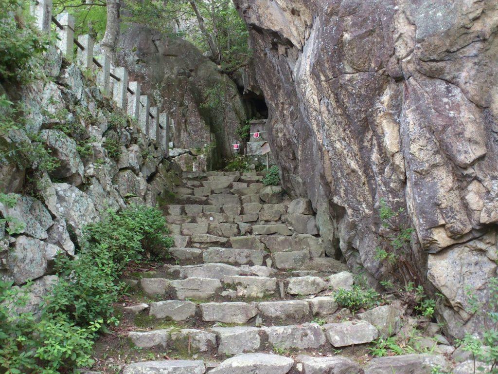 石垣と巨岩の間の石垣