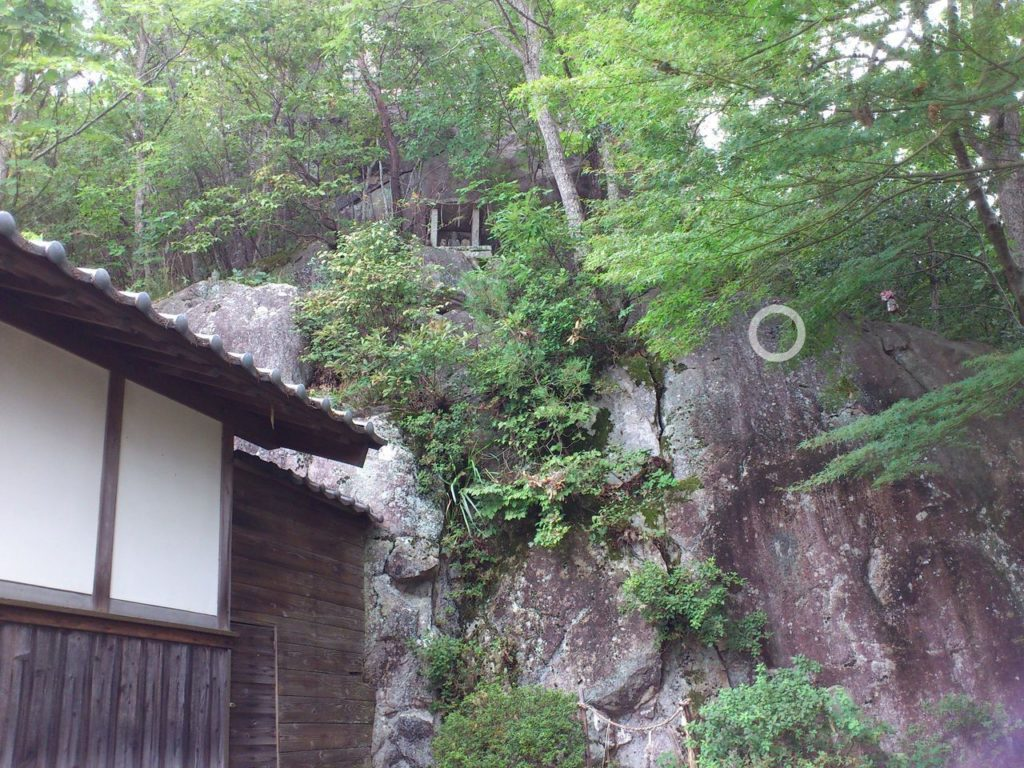 岩戸山十三仏の背後の巨岩