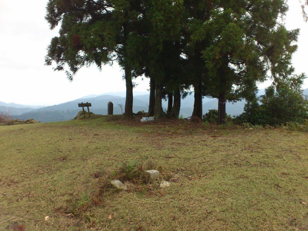清滝山の頂上と三角点