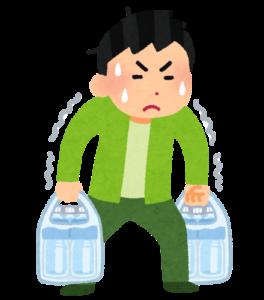 重い水を運ぶ男性