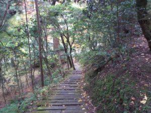 鐘楼から護摩祈祷所への道