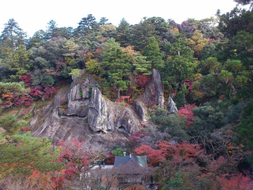 鎮守堂から眺める奇岩遊仙境