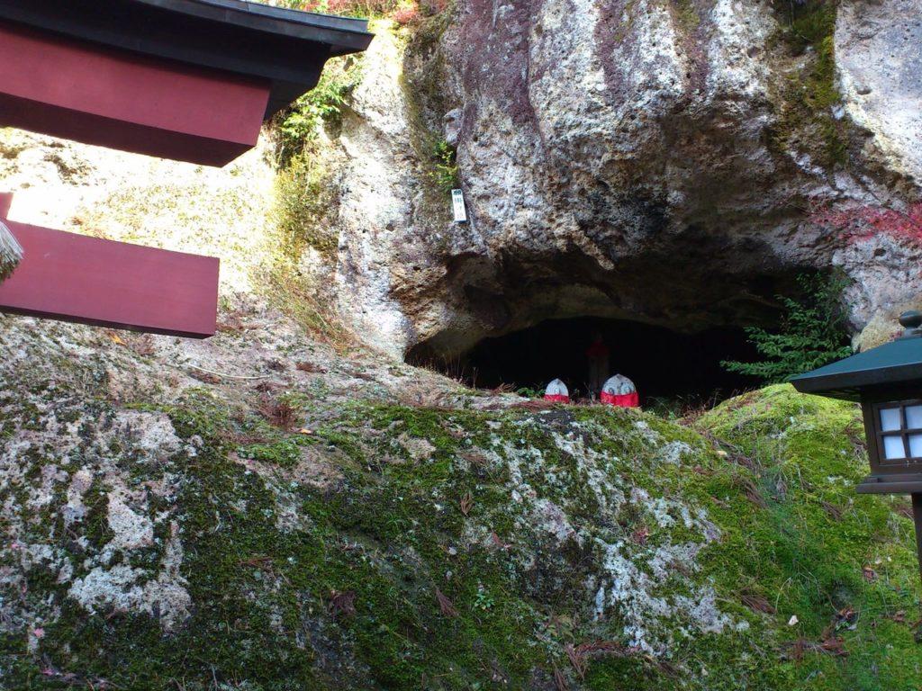 稲荷社登り口の岩窟