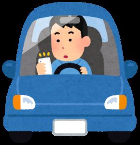 スマホを見ながら運転する男性