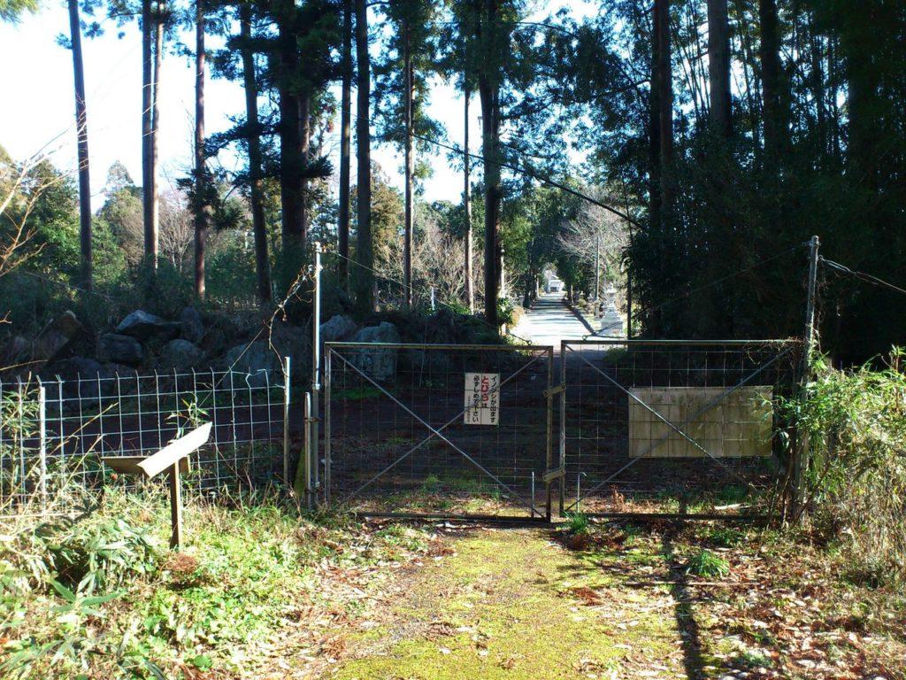 獣害防止柵の向こうに石灯籠