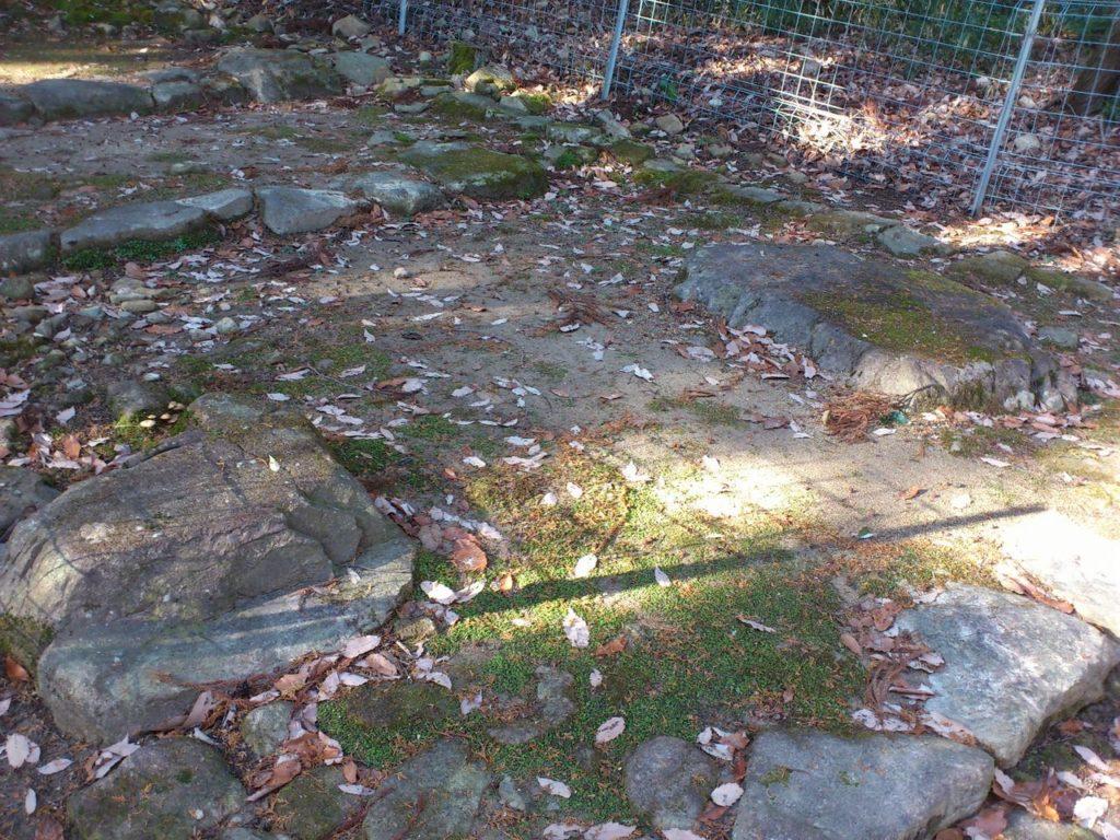 瓦屋寺旧参道の門の礎石