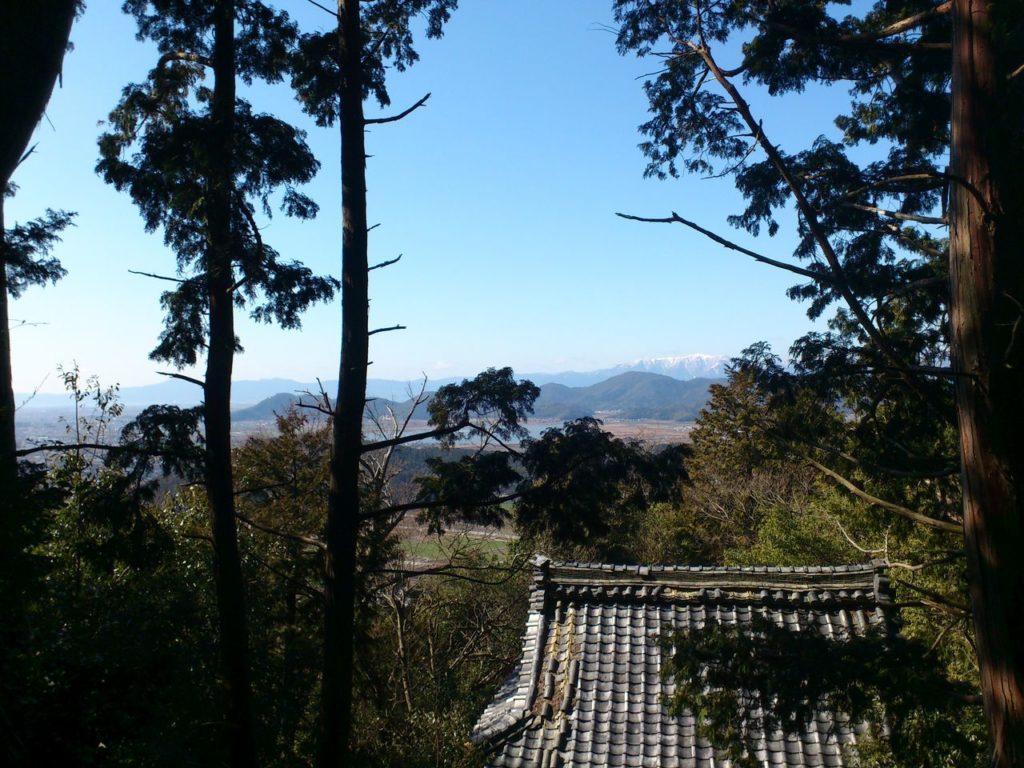 雨宮龍神社から八幡山と長命寺山、琵琶湖対岸の比良山系