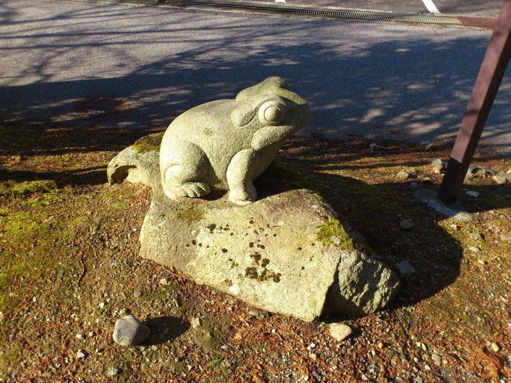 駐車場脇のカエルの石像