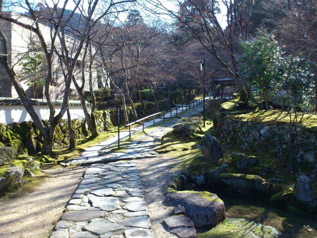 金剛輪寺の石畳の参道