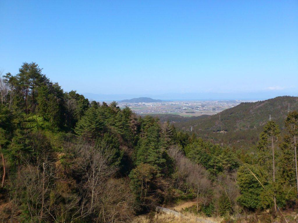 荒神山の奥に琵琶湖