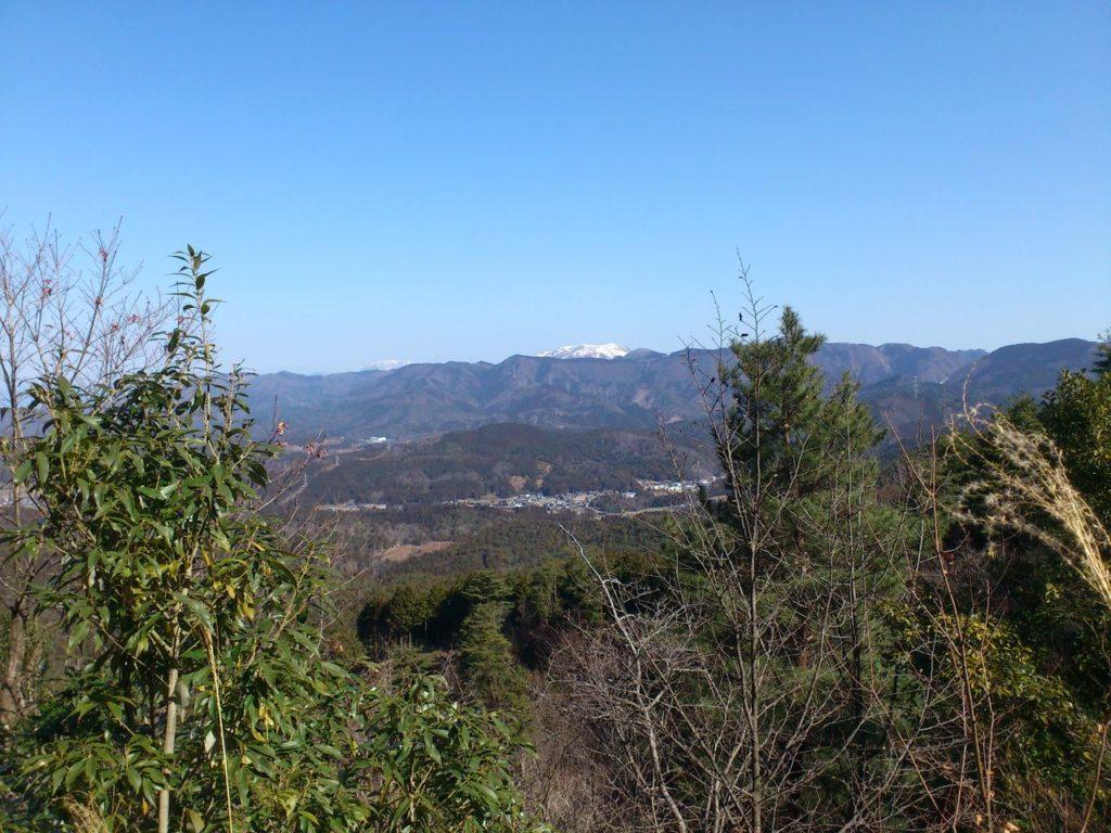 雪をかぶった伊吹山と霊仙山