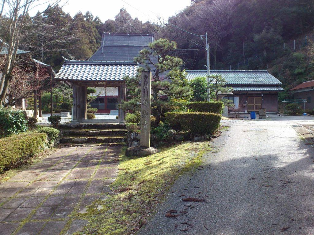 勝楽寺の山門と駐車場への道