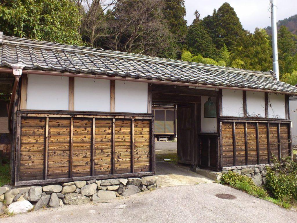 上平寺杉本坊の長屋門