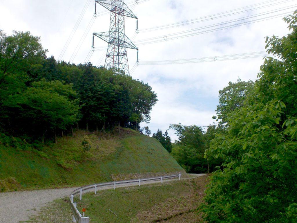 山の向こうに送電鉄塔