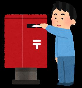 郵便ポストに投函する男性