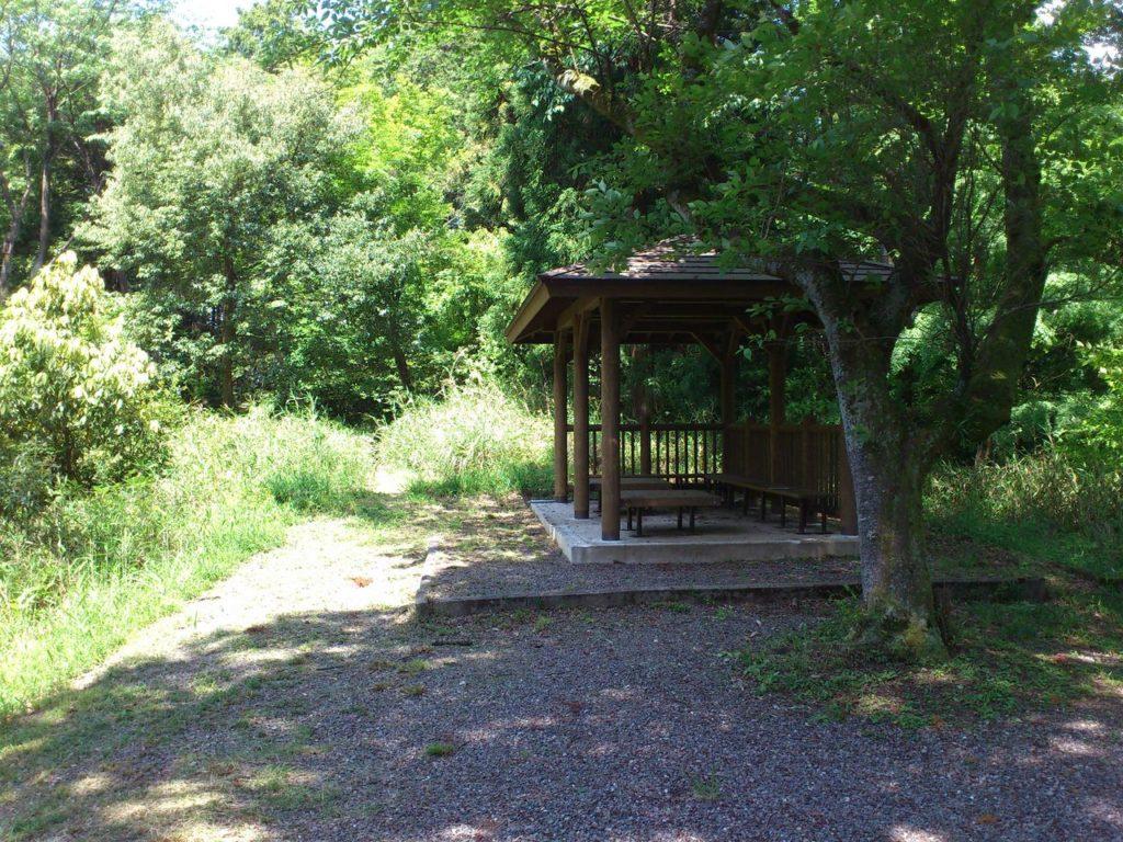 笹尾山頂上のあずま屋