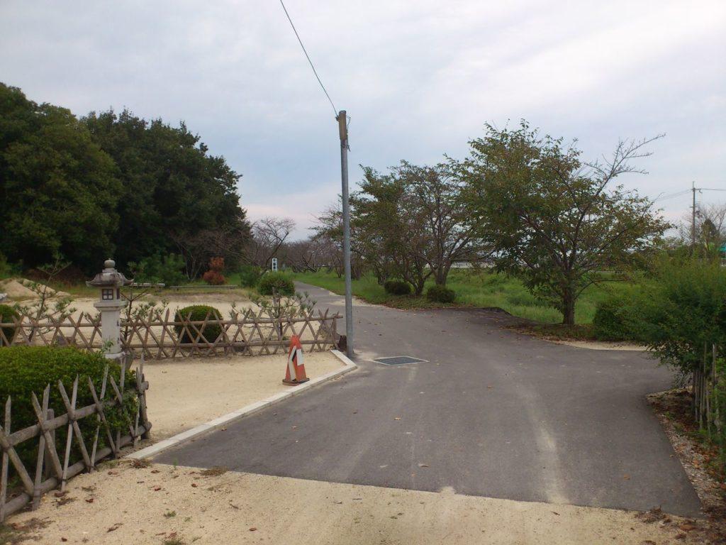 石部神社参道を横切って