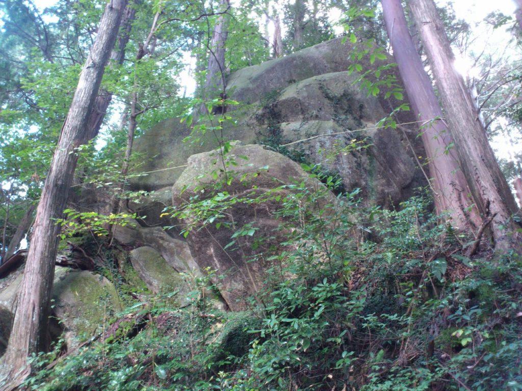 幾重にも重なった巨岩