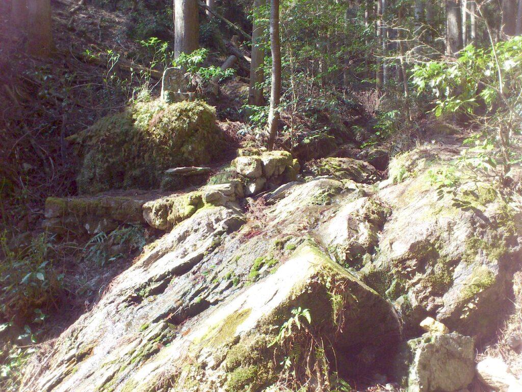 滝の傍らに不動明王像