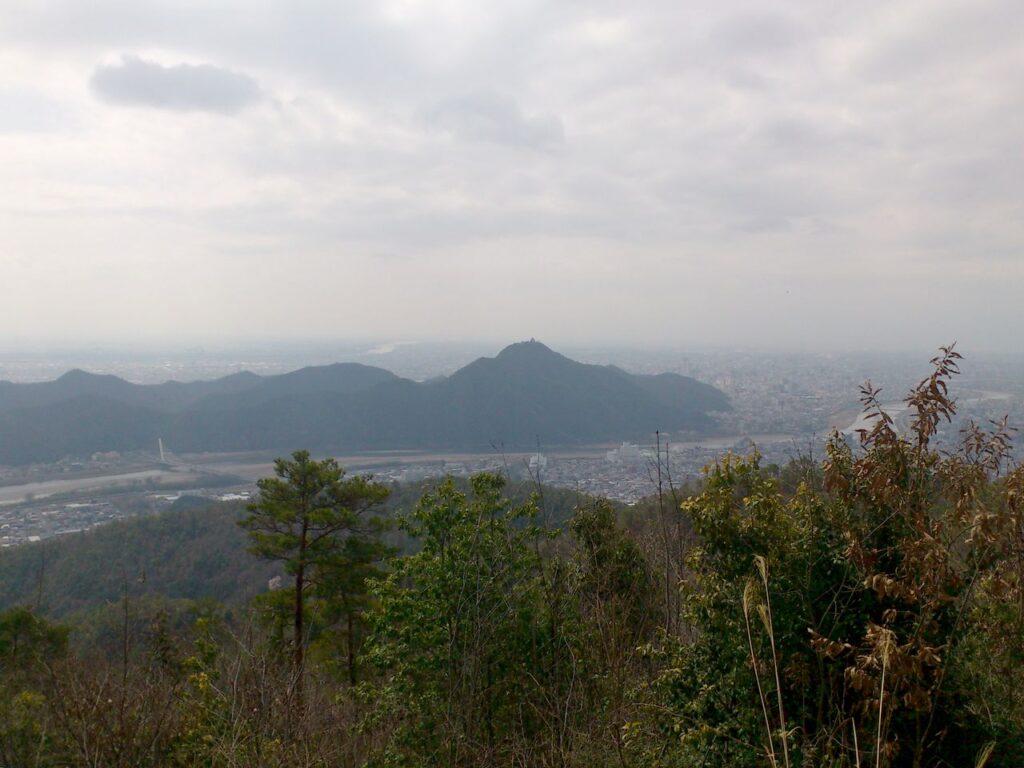 百々ヶ峰頂上から金華山を望む