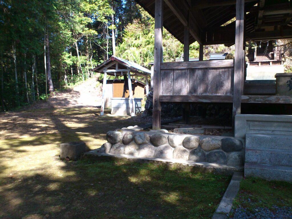 白山神社拝殿前