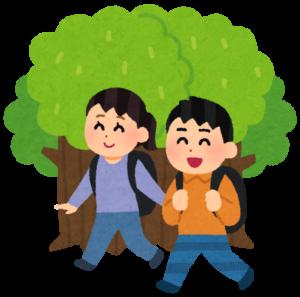 森の中を歩く人たち