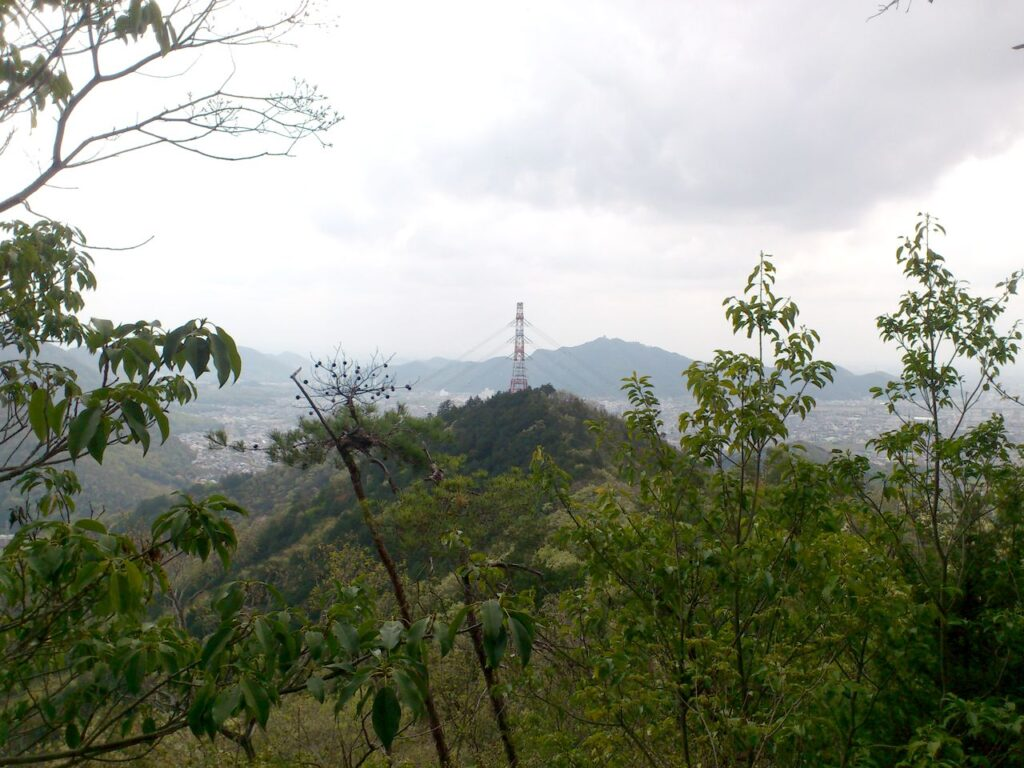 送電鉄塔の向こうに金華山