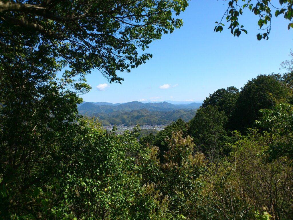 天王山と誕生山の間に御嶽山