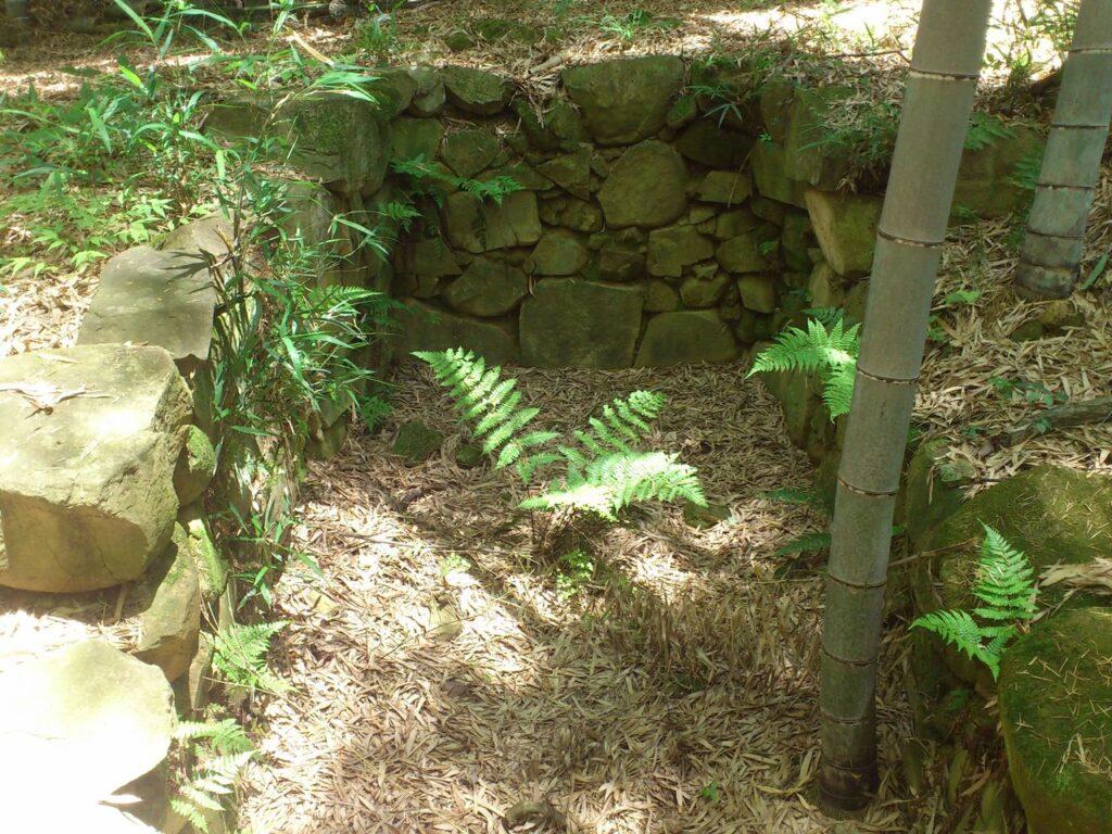 船来山古墳の石室内部