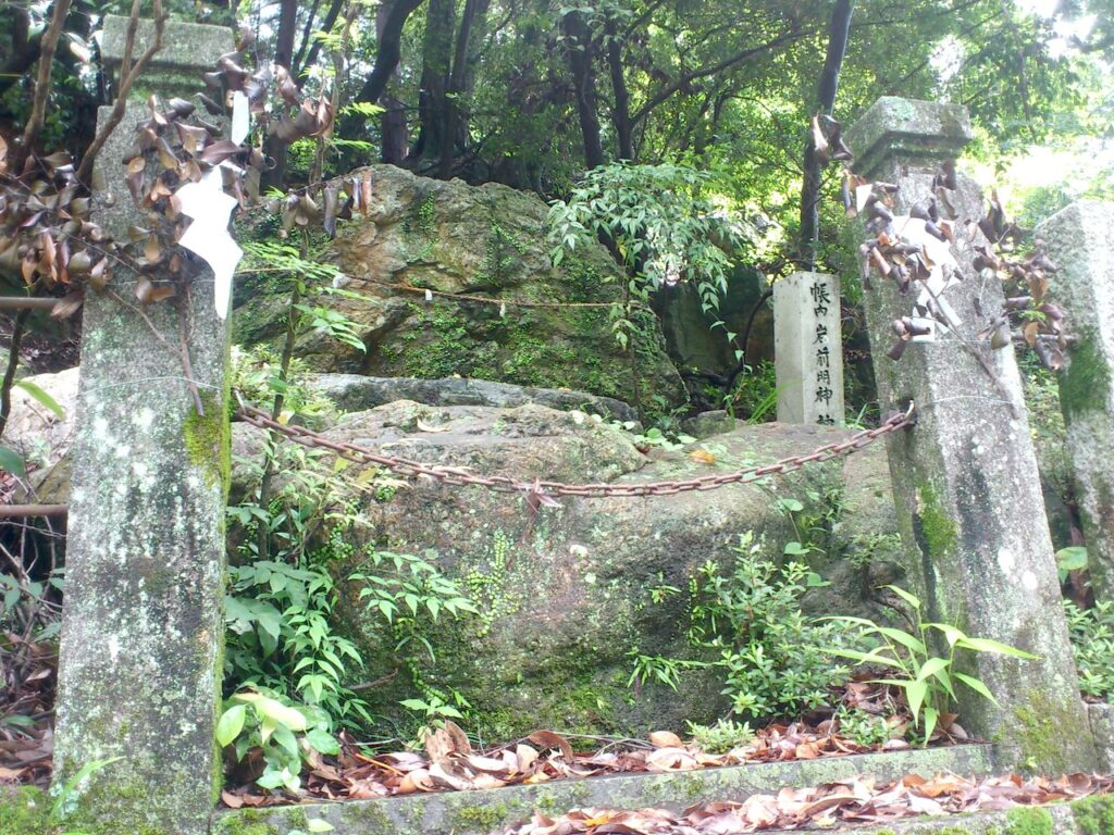 ご神体の神楽岩