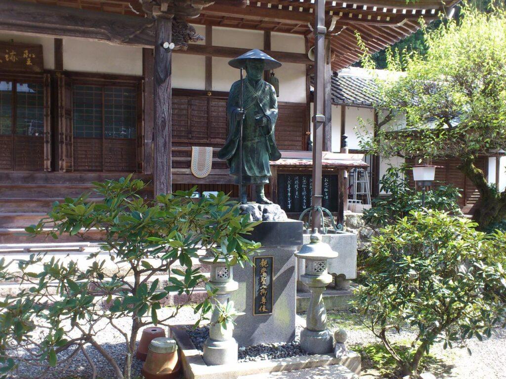 聖蓮寺の親鸞聖人像