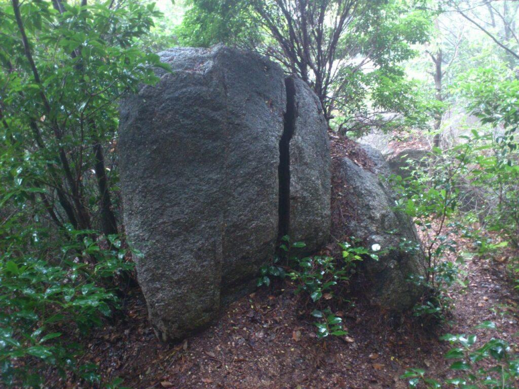 上段の大石群